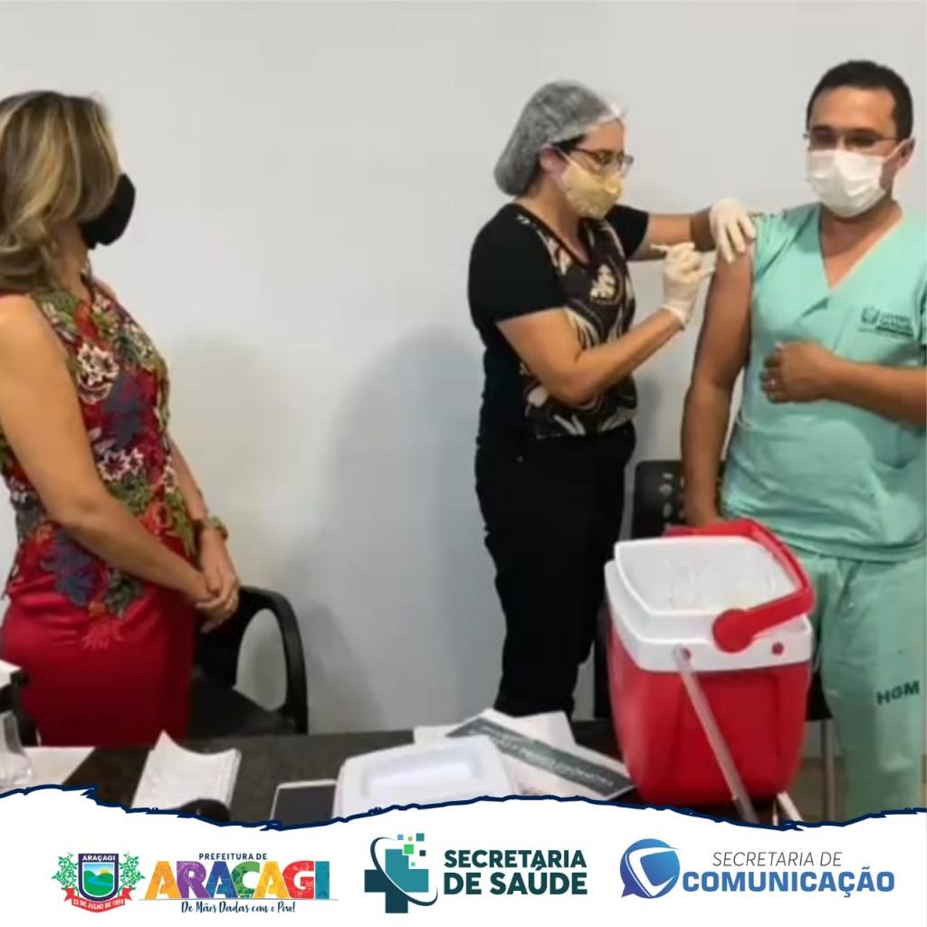 """Técnico de enfermagem Manoel Alves é o primeiro vacinado contra a COVID-19 em Araçagi: """"É um momento de gratidão a Deus"""""""