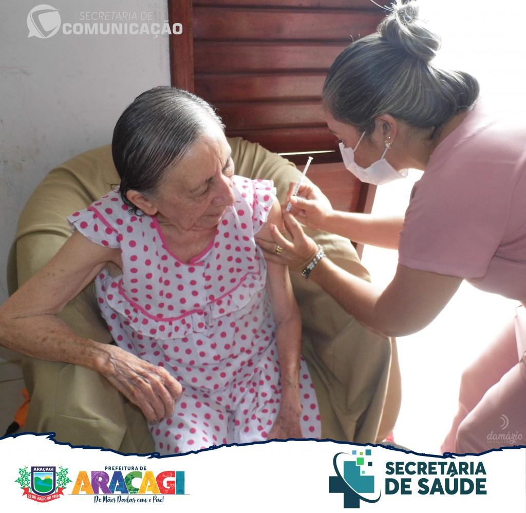 A Secretaria de Saúde de Araçagi concluiu a vacinação de idosos acamados acima de 80 anos em todo município