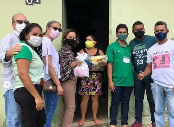 Prefeitura entregou 150 kits de cestas básicas e frango as familiares carentes do Conjunto Emília Borges